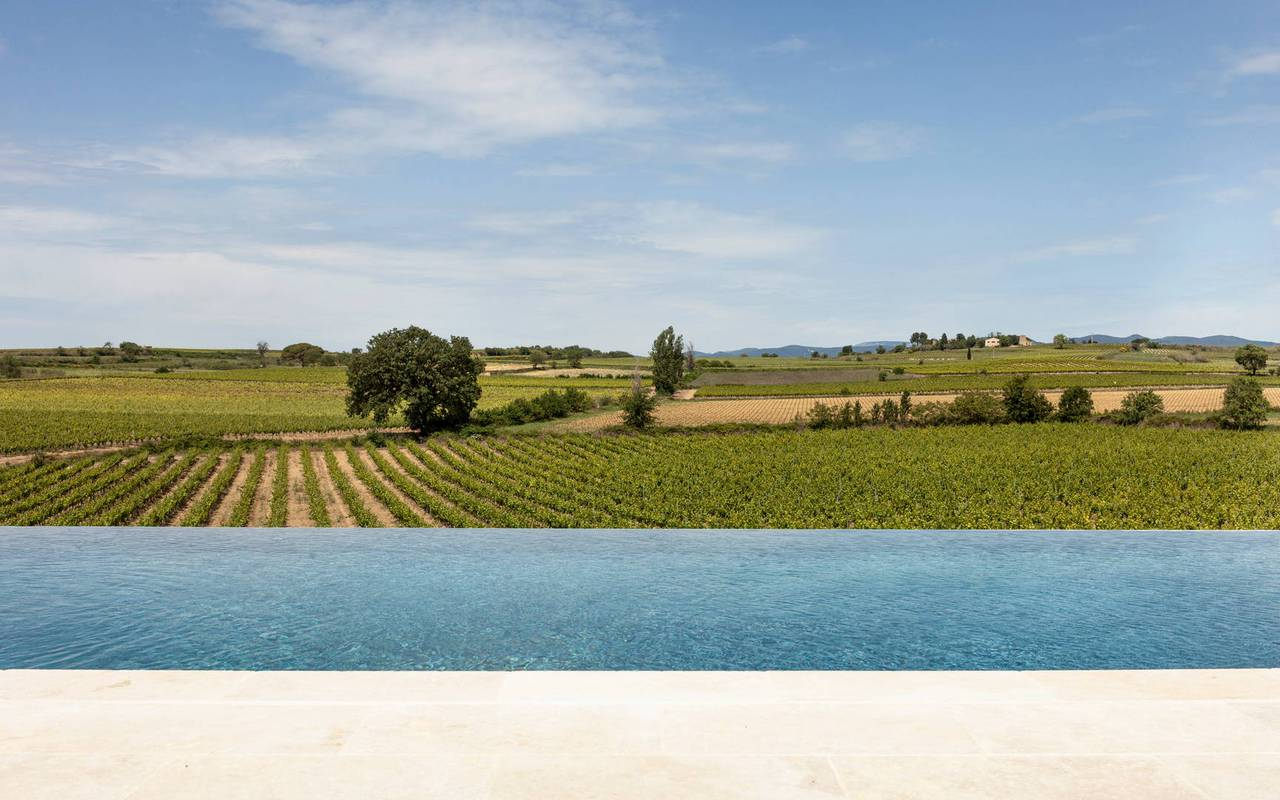 Infinity pool with view over the vineyards, conference Montpellier, Domaine & Demeure Events.