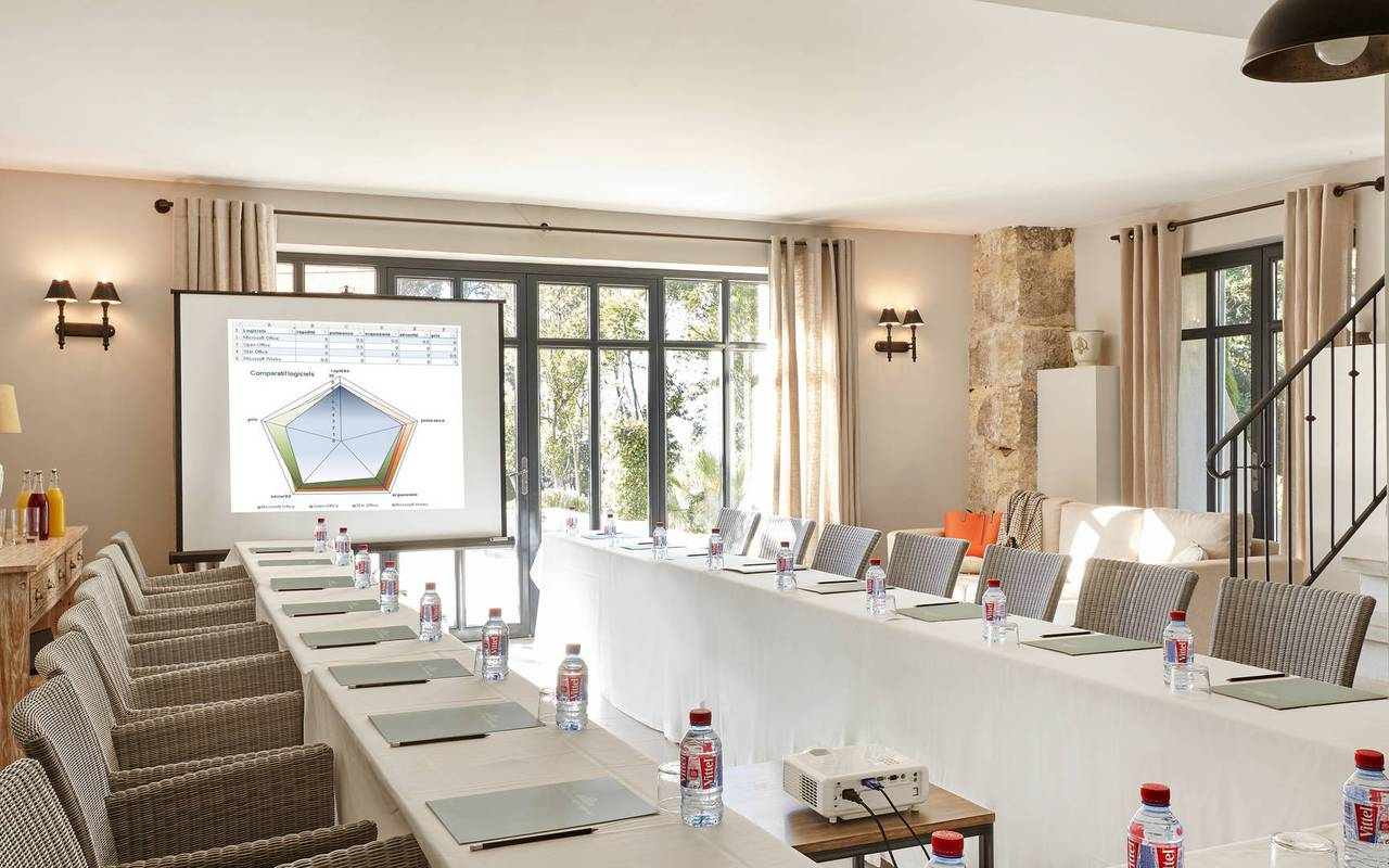Meeting in an elegant living room, conference France, Domaine & Demeure events.