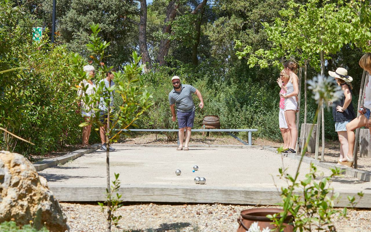 People playing petanque, conference Montpellier, Domaine & Demeure Events.