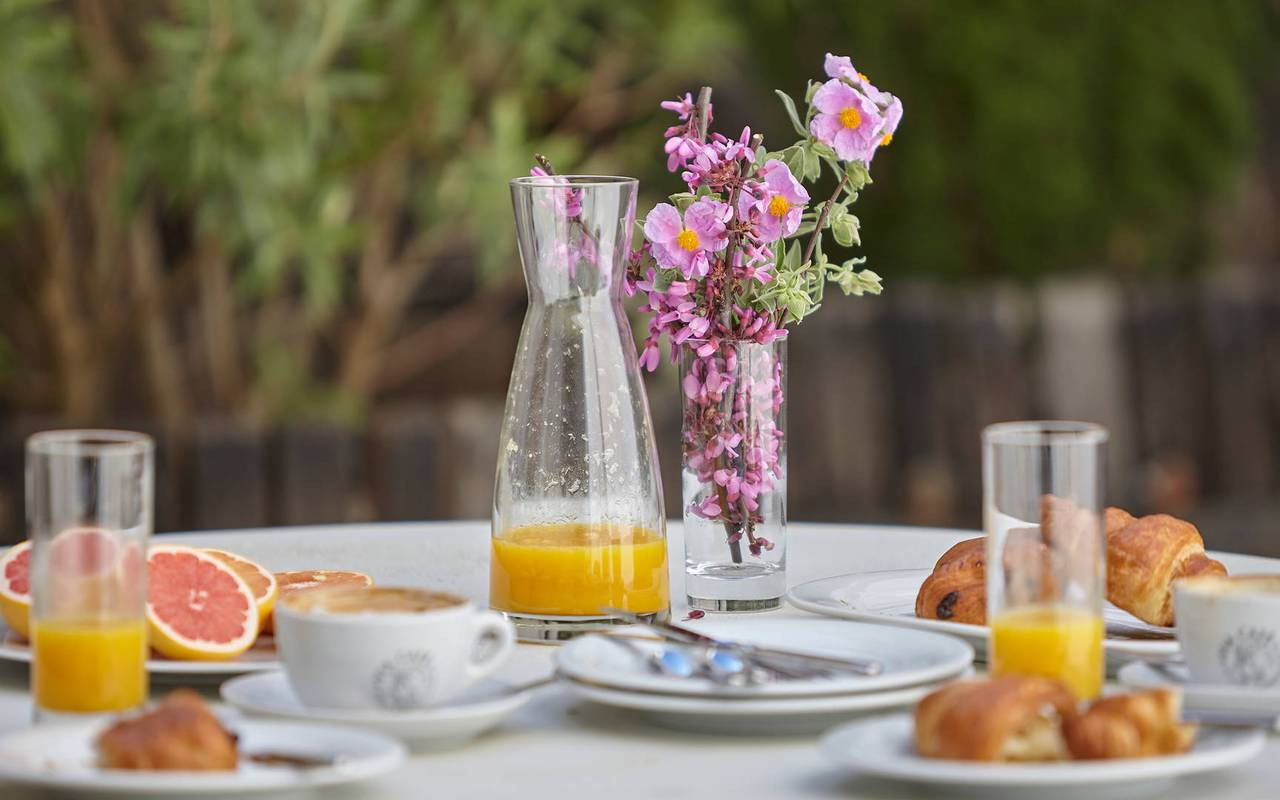 breakfast outside, gourmet restaurant Hérault, les carrasses