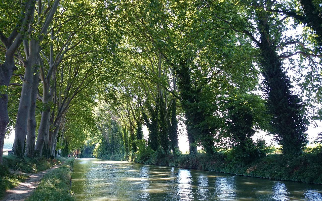 River in Villeneuve, close to the best languedoc wines, Domaine & Demeure Events