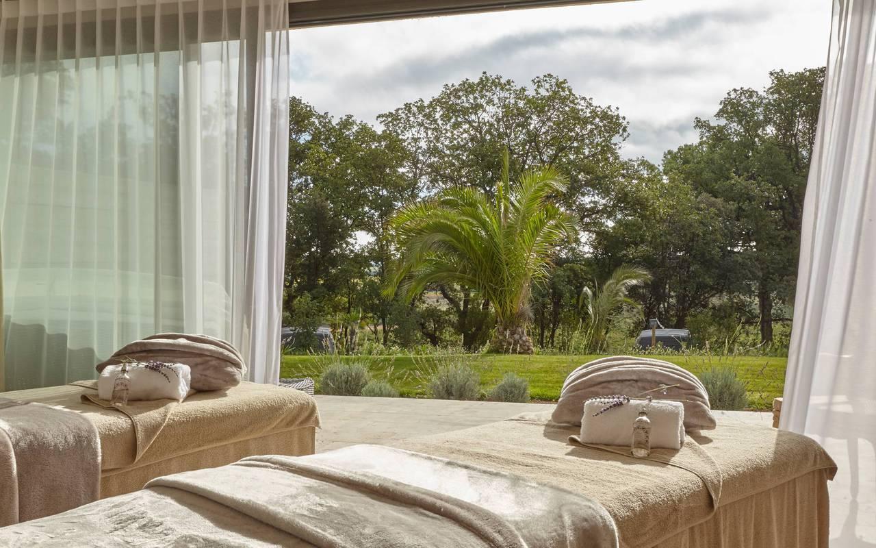 Bancs de massage avec vue sur le parc, dans notre spa près de Pézenas, au Château St Pierre de Serjac.