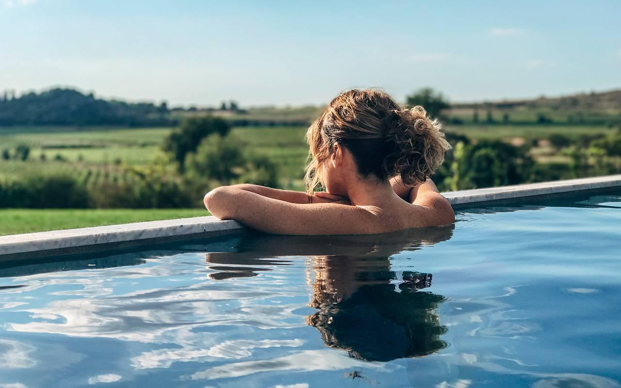 Femme dans la piscine, vignoble languedoc, Domaine et Demeure