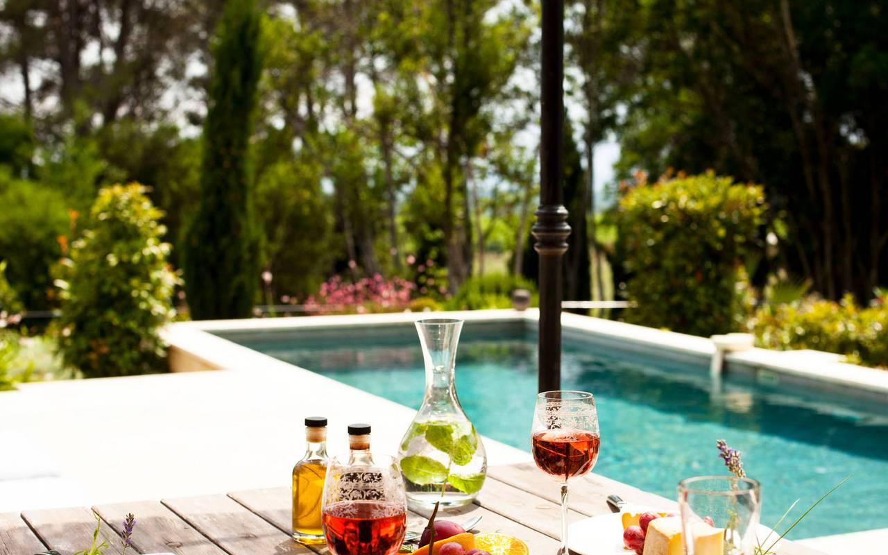 Apéritif devant la piscine, hôtel séminaire Montpellier, Domaine & Demeure Events.