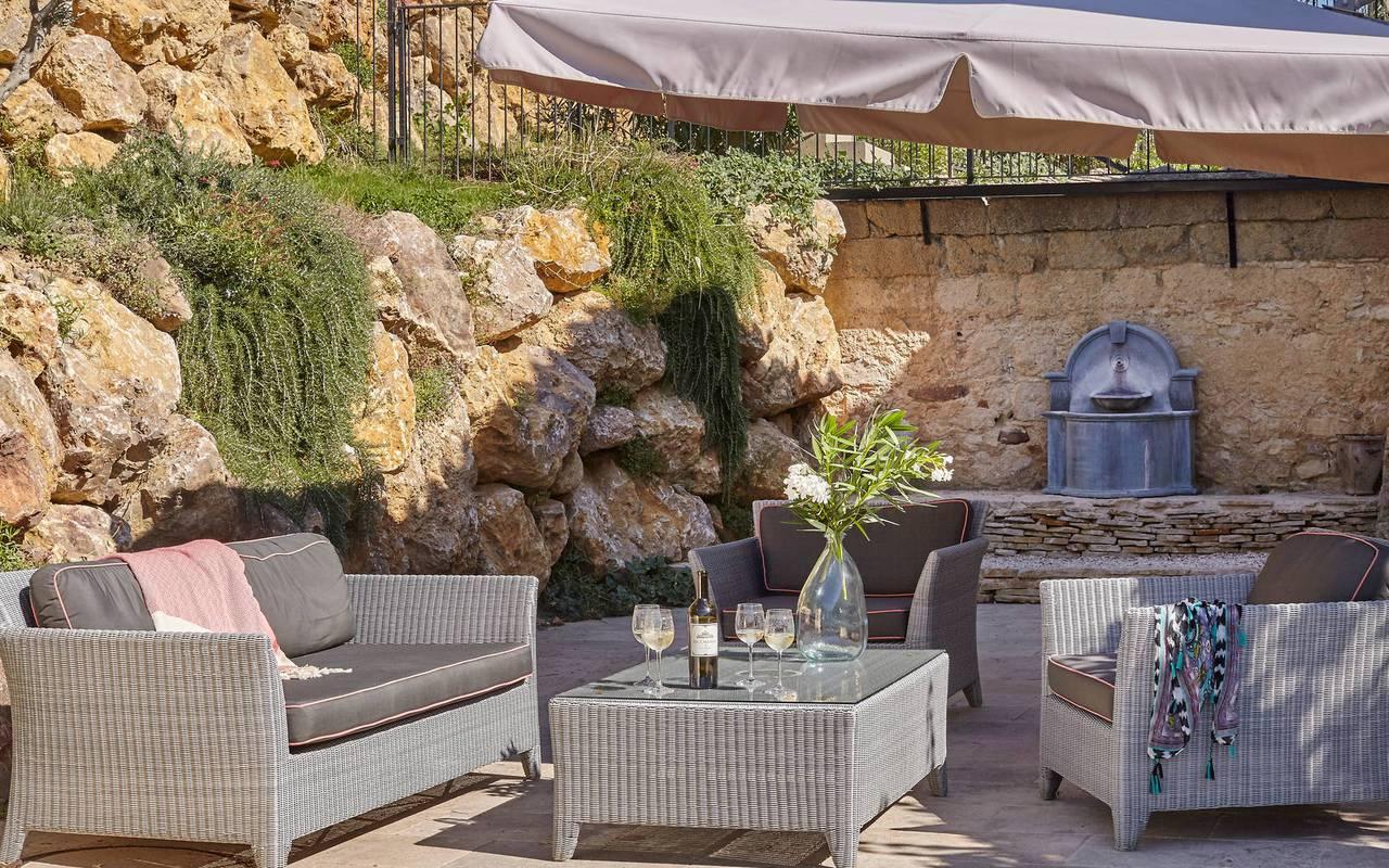 Terrasse avec salon de jardin, hôtel séminaire Montpellier, Domaine & Demeure Events.
