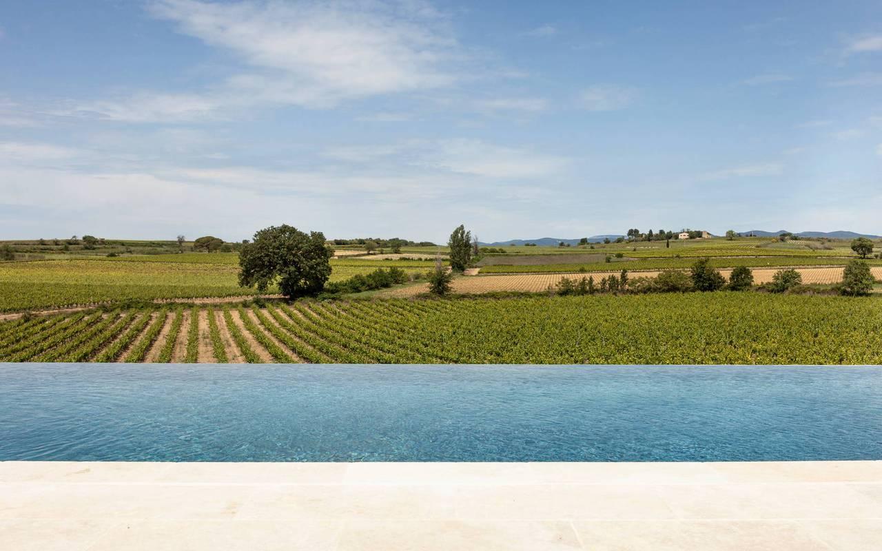 Piscine à débordement avec vue sur les vignes, hôtel séminaire Montpellier, Domaine & Demeure Events.