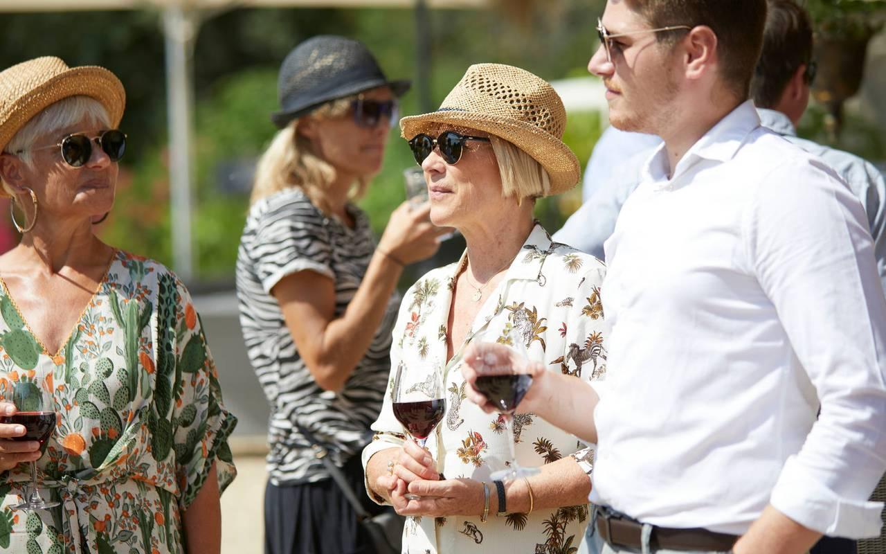 Personnes avec verre de vin, hôtel séminaire Montpellier, Domaine & Demeure Events.