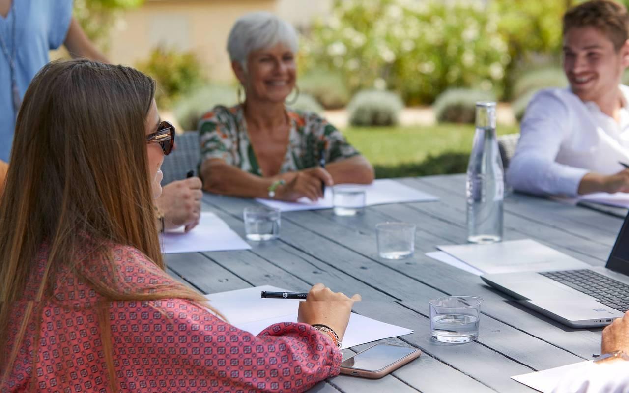 Personnes autour de la table durant une réunion, hôtel séminaire Toulouse, Domaine & Demeure Events.