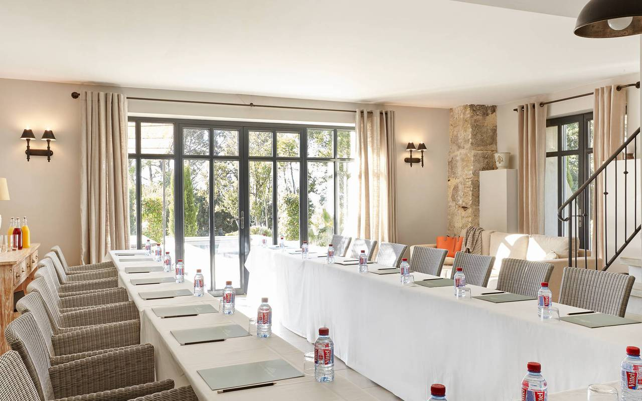 Grande table de réunion dans salon, hôtel séminaire Toulouse, Domaine & Demeure Events.