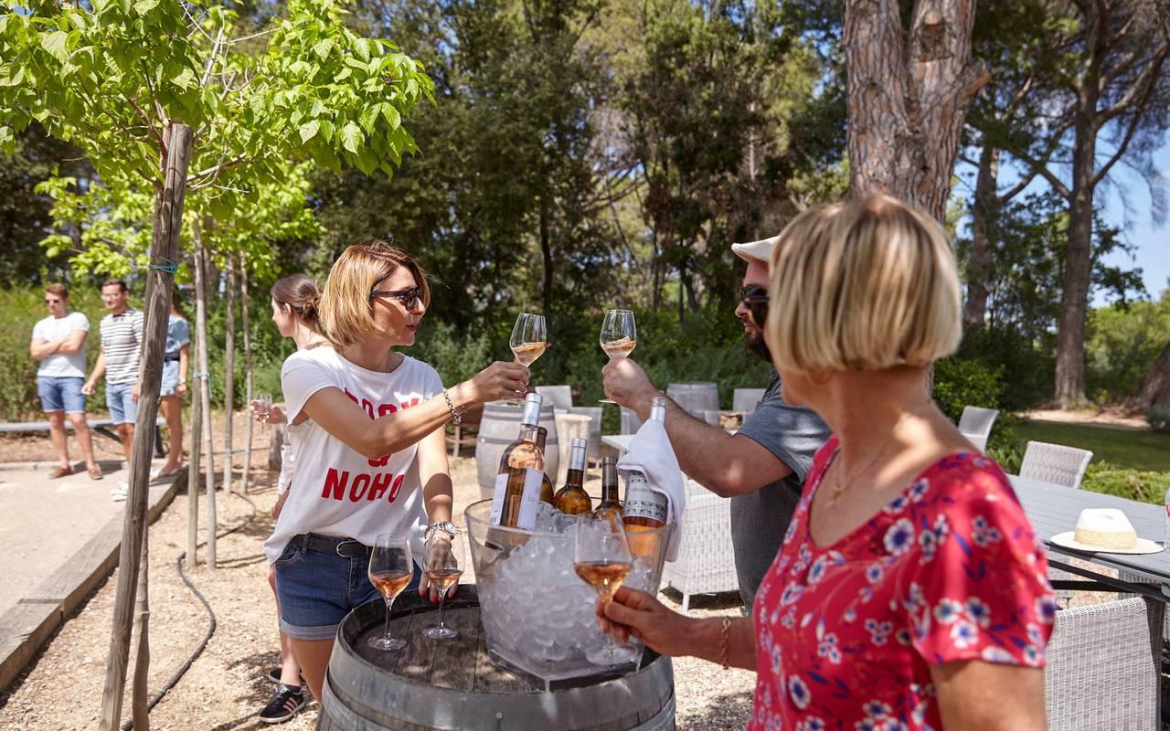 Personnes buvant du vin, hôtel séminaire Montpellier, Domaine & Demeure Events.