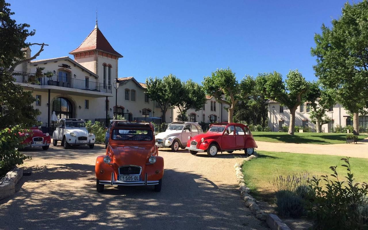 Voitures 2CV devant le château, hôtel séminaire Montpellier, Domaine & Demeure Events.
